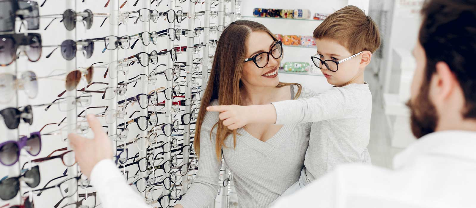 Akcija: korekcijska očala 1+1 gratis. Več na: optika Zajec